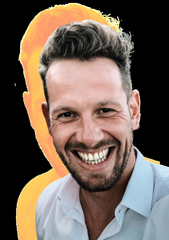 Andre Marks freigestellt mit orangenem Hintergrund