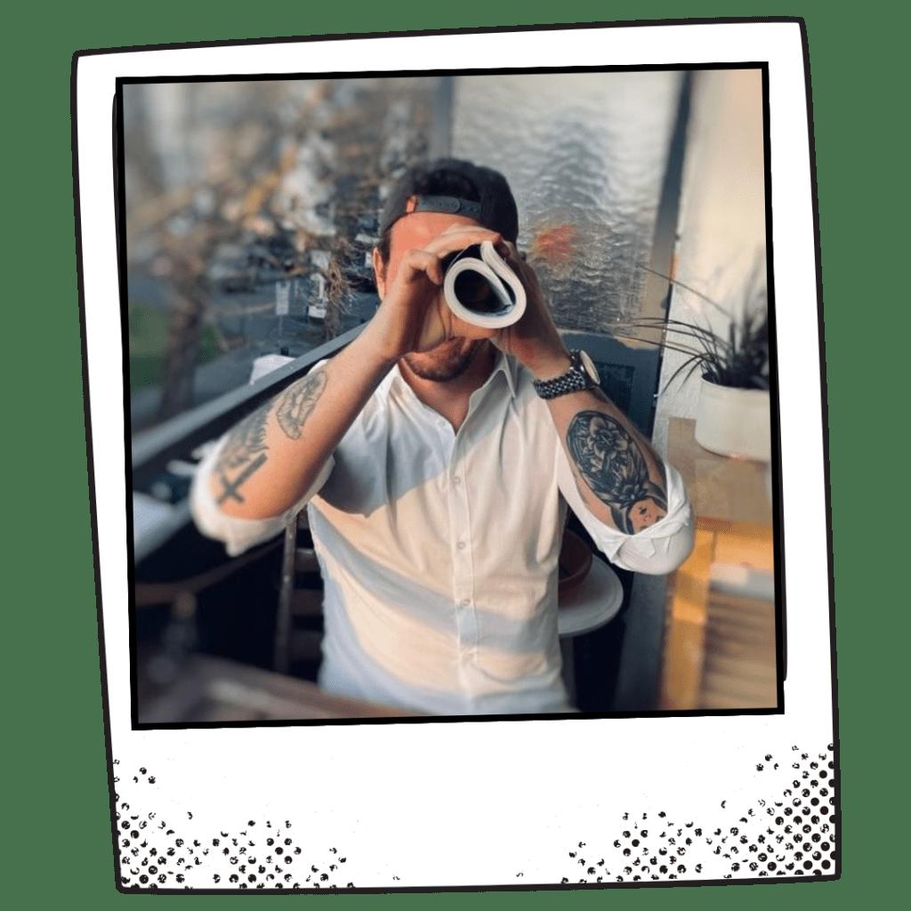 Andre Marks auf Polaroid mit Fernrohr