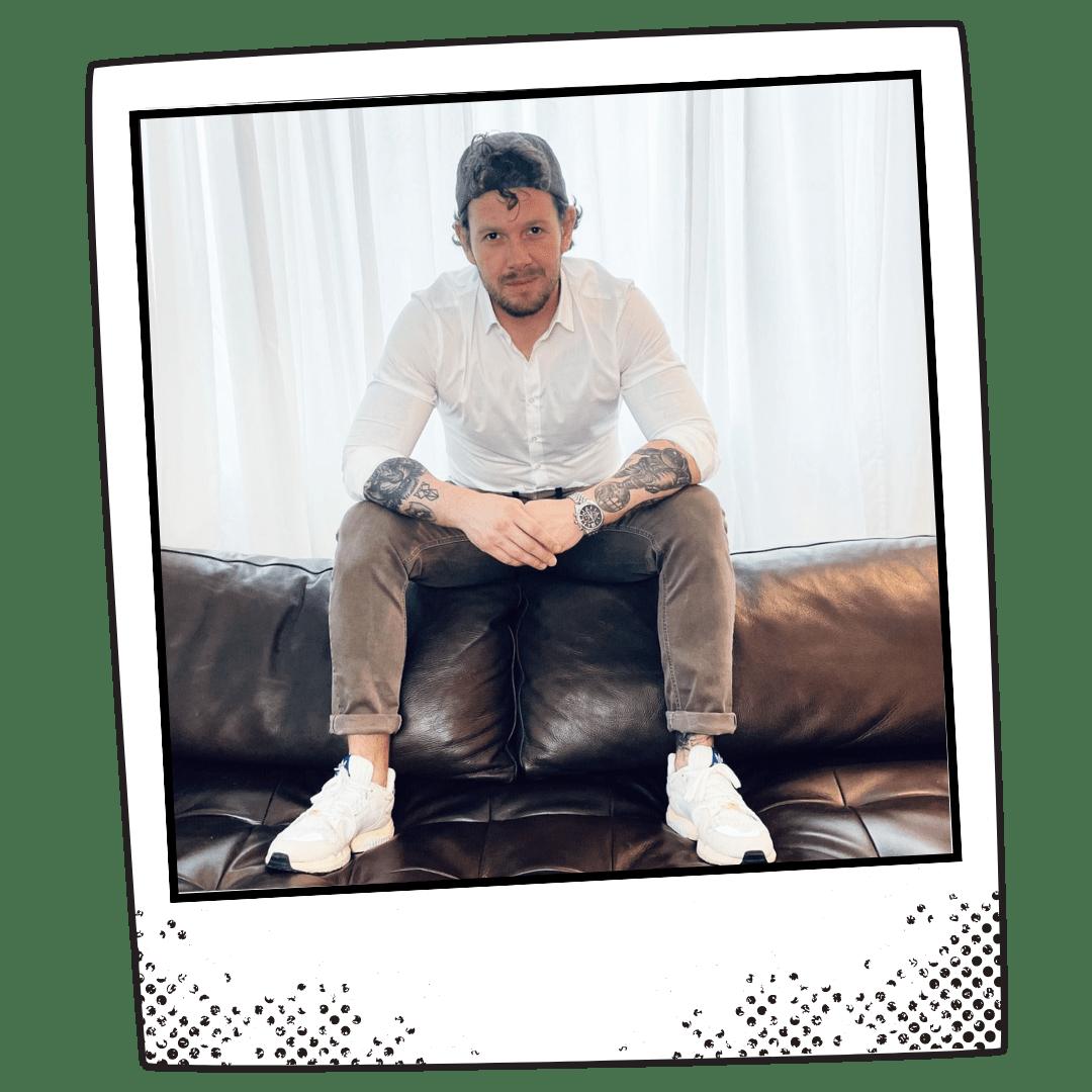 Andre Marks Polaroid sitzend auf Couchlehne