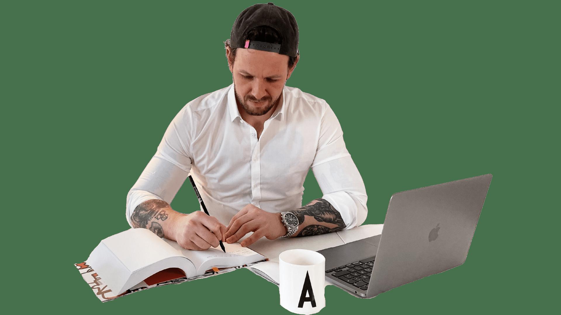 Andre Marks beim brainstormen neuer Online Kurse, Landingpages und Newsletter